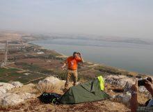 Christian Seebauer zeigt, wie man das Trek Santiago aufbaut. Hier auf den Arbel Cliffs oberhalb des See Genezareth