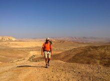 Wüstenlandschaft in Israel - Trail: Dieses Foto kurz nach Arad wurde zum Titelbild des Buches Israel Trail mit Herz