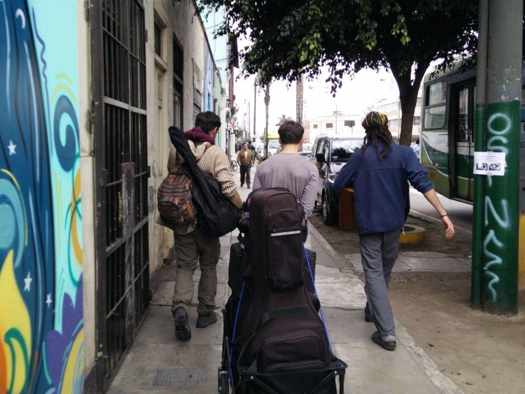 Backpacker mit Gitarre in Peru