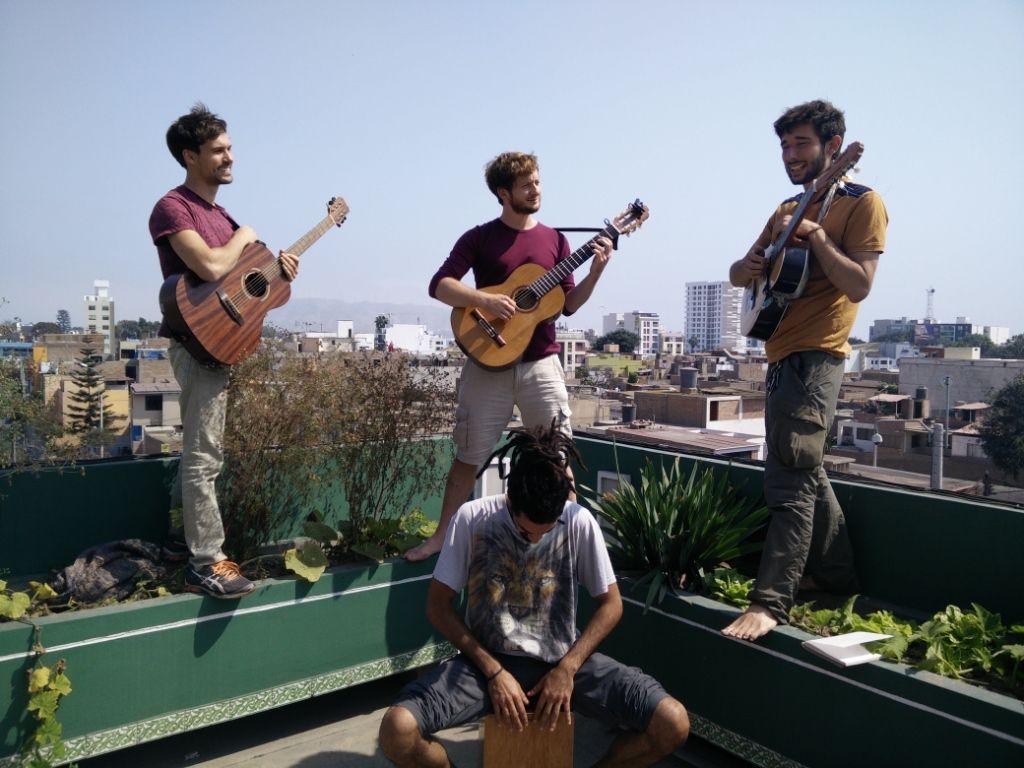 Eucalypdos als Straßenmusiker beim Backpacking in Peru