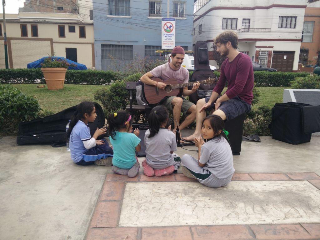 Eucalypdos als Straßenmusiker und Kinder in Peru