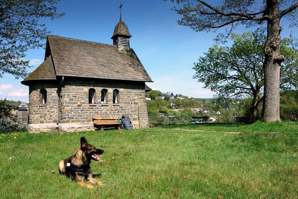 Rucksack vor der Kapelle auf dem Kirberg