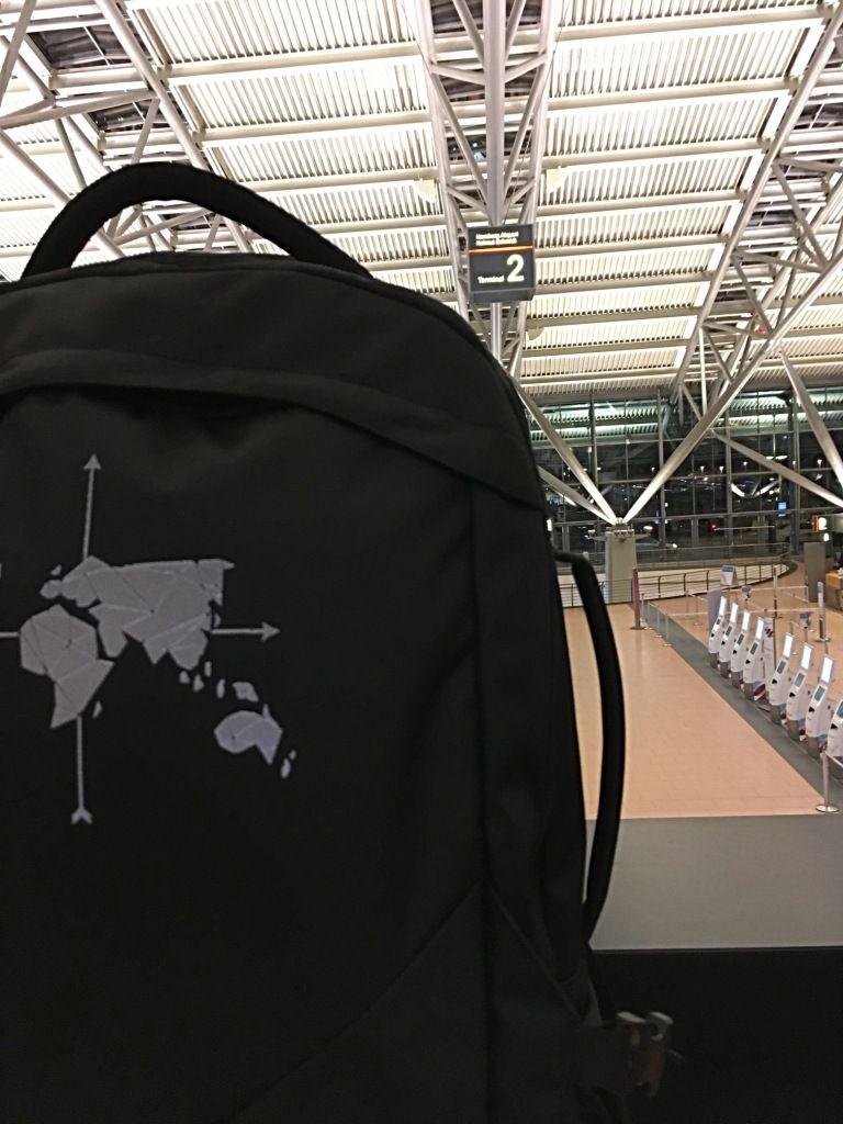 Am Flughafen mit dem Digitale Nomaden Rucksack