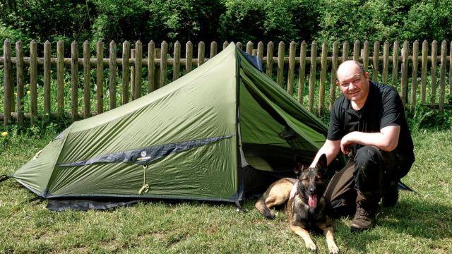Bernd Strempel vor dem ultraleichten Zelt Trek Escape