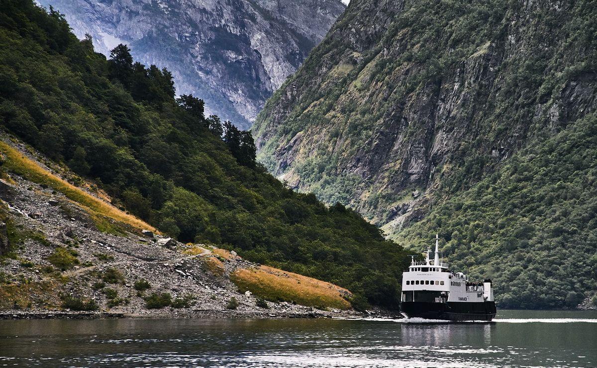 Fähre auf dem Næroyfjord