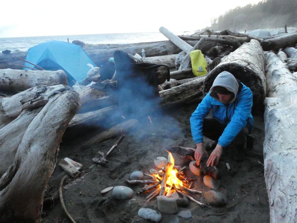 Lagerfeuer mit Trekking Ausrüstung P1030824