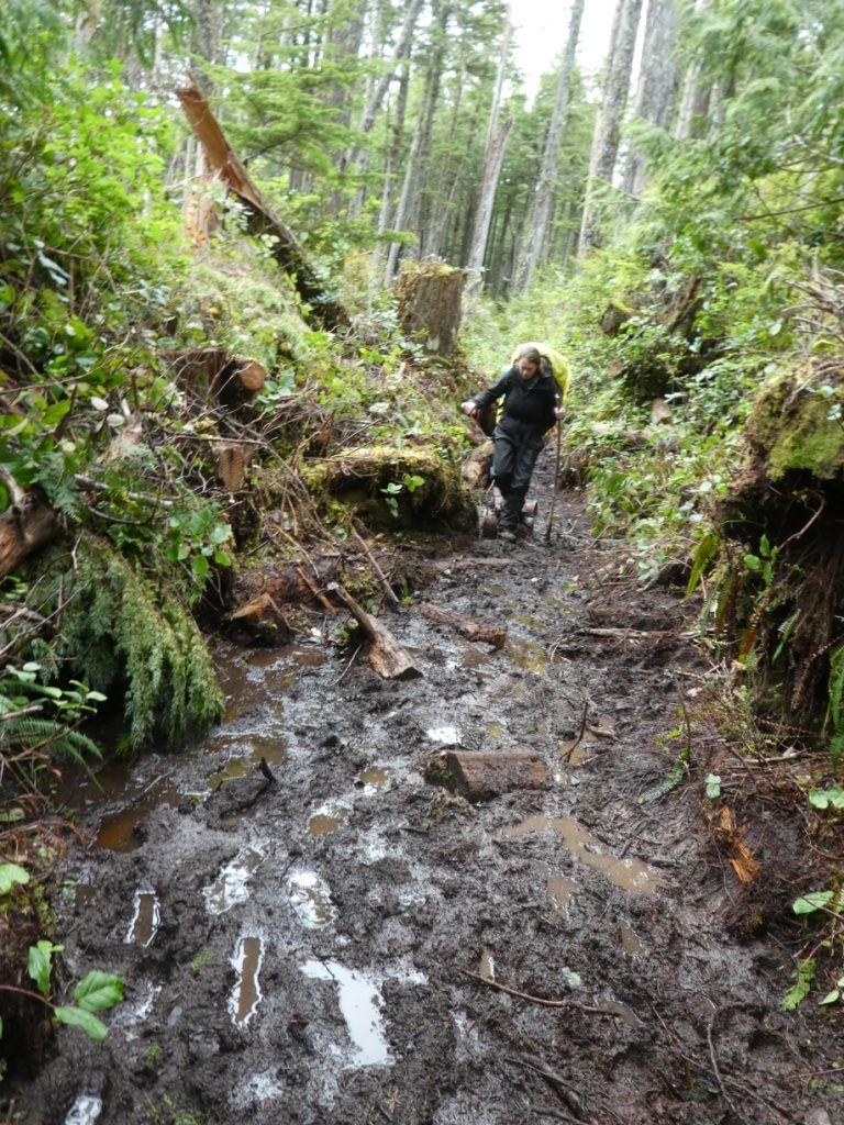 Linda im Matsch auf dem West Coast Trail P1030786