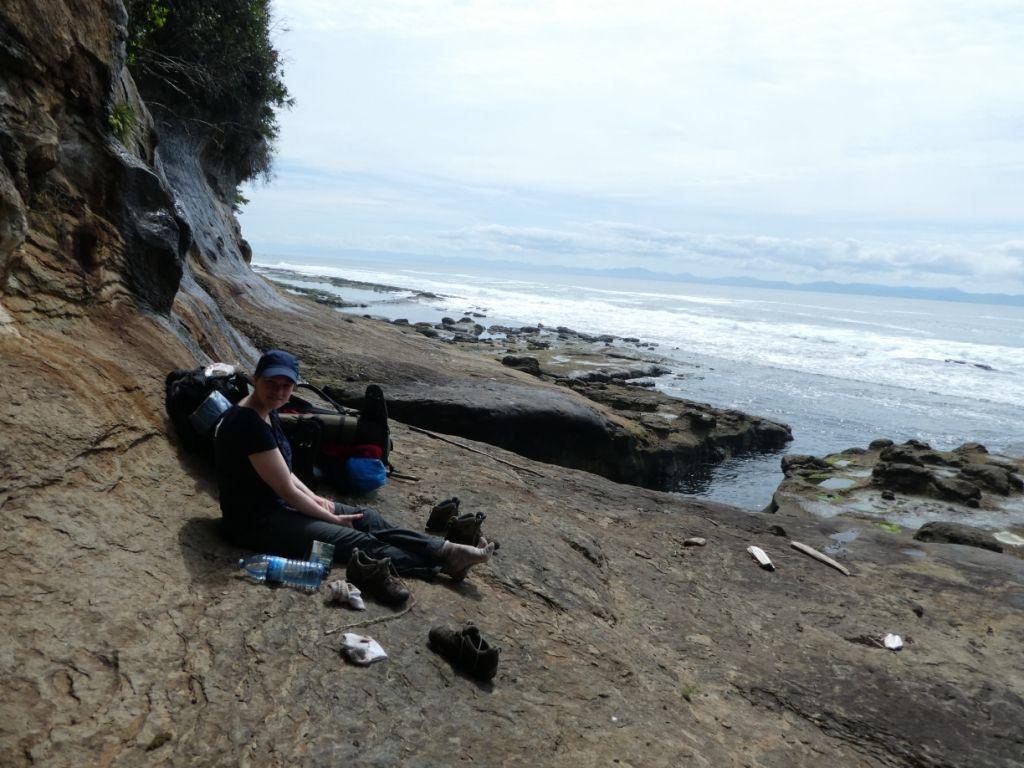 Linda sitzend auf Felsvorsprung P1030903