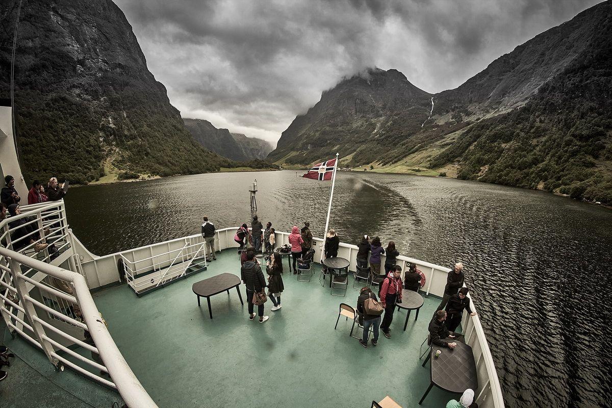 mit der Fähre durch den Næroyfjord
