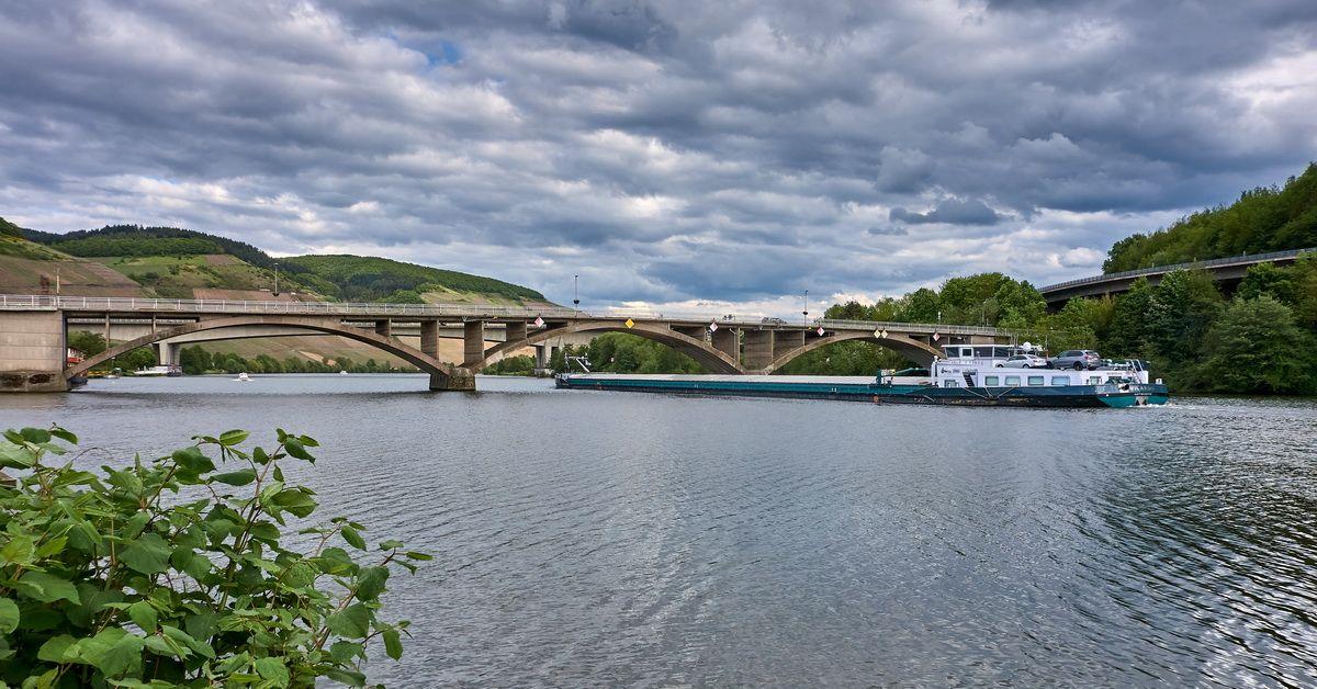 Moselbrücke mit Schiff bei Trier