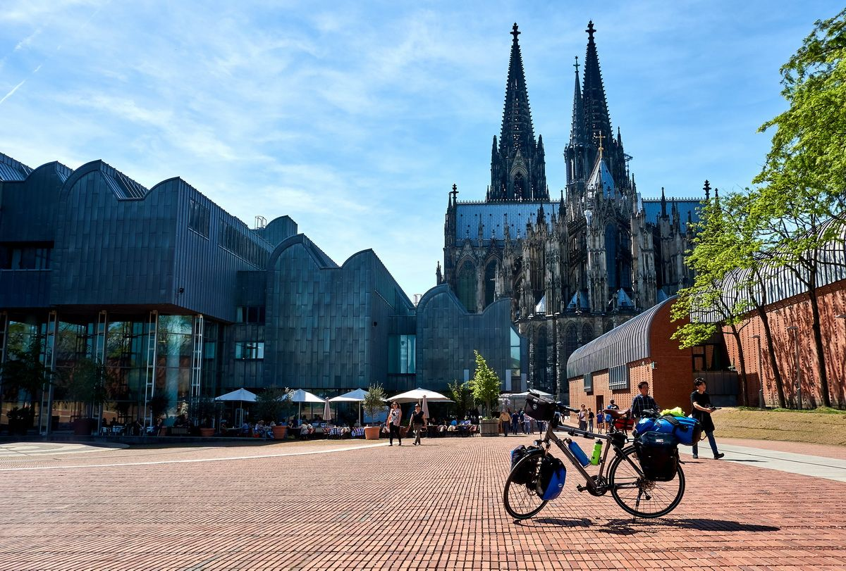 Rheinradweg in Köln mit Dom