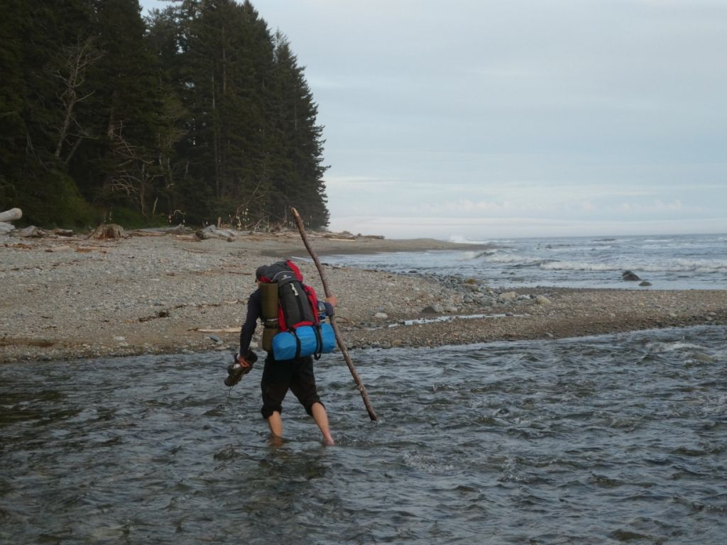 Timm mit Trekking Ausrüstung bei Flussüberquerung P1030740