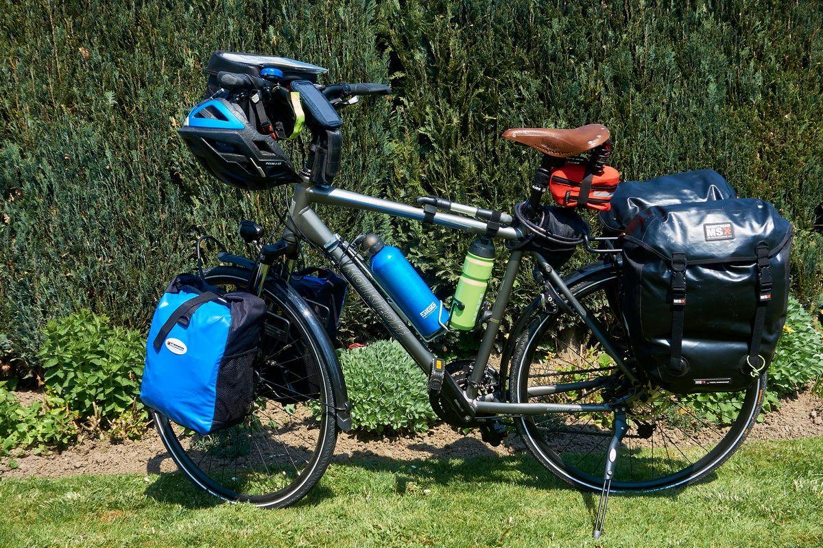 Trekking Rad mit Packtaschen und Zubehör