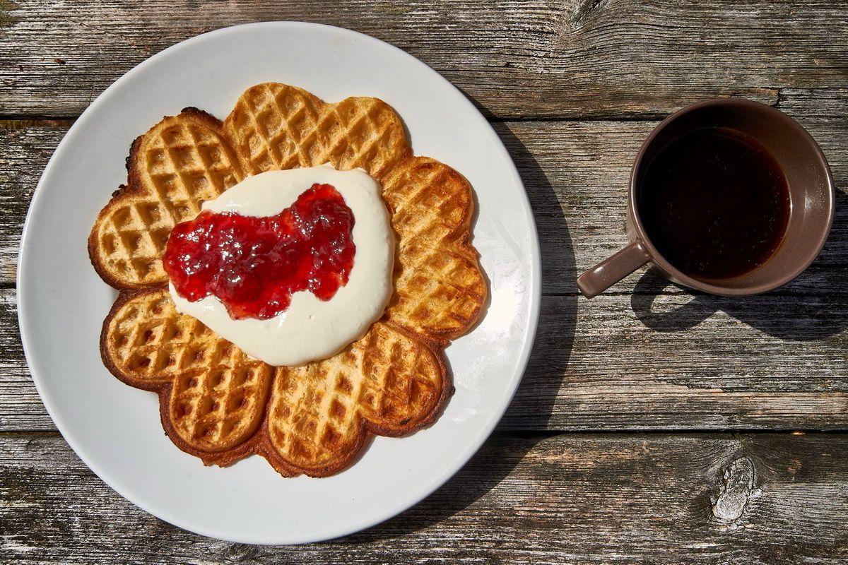 Typisch im Norden: Kaffee mit Sahnewaffel und Marmelade