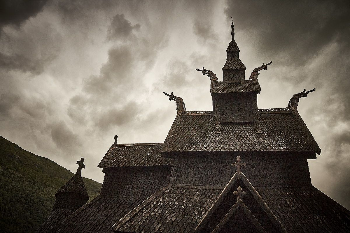 Verzierungen am Dach der Stabkirche Borgund