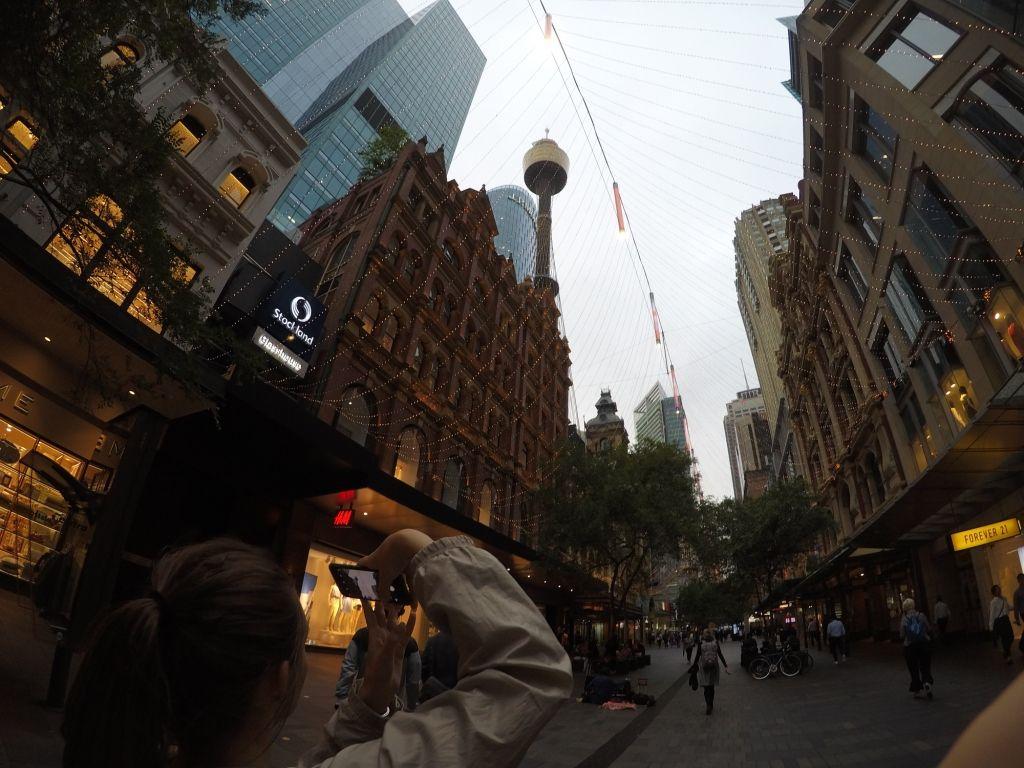 Vor der geschmückten King Ecke Pitt Street in Sydney