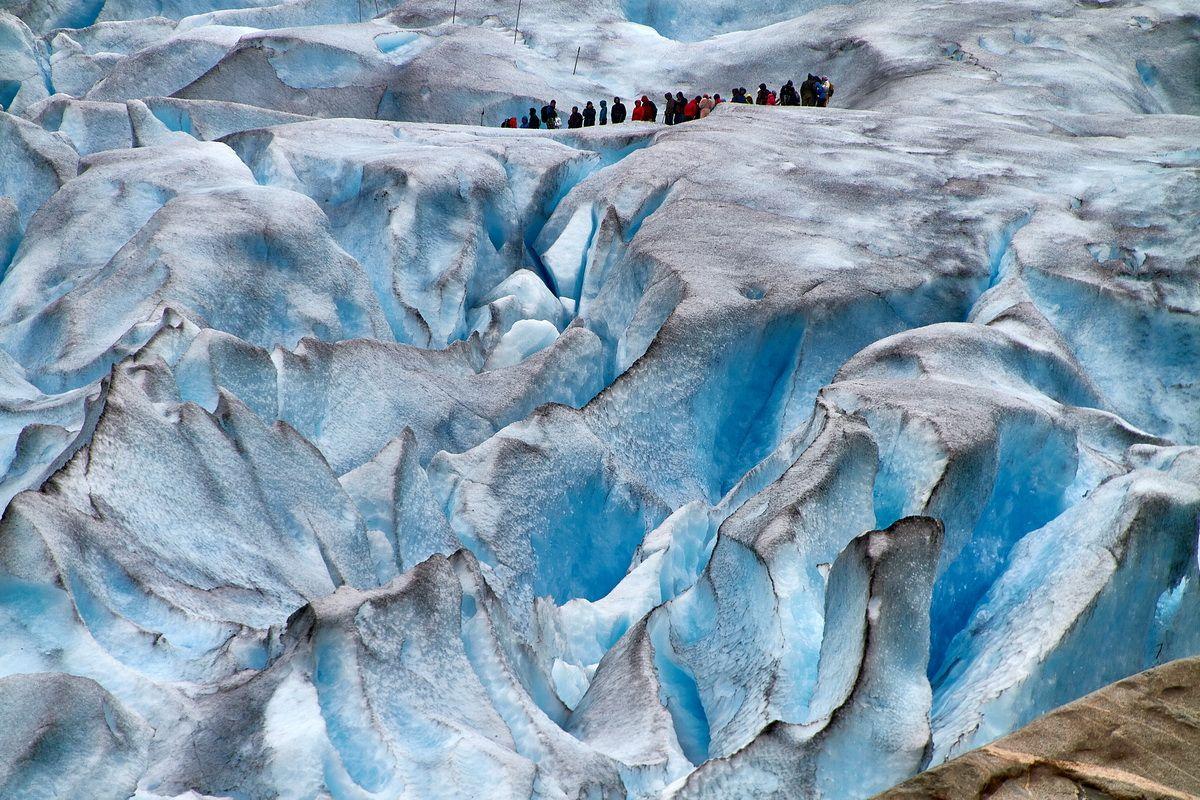 Wandergruppe im Blaueis des Nigardsbreen